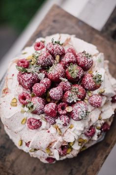 WITH VIDEO: The famous pavlova cake: an irresistible, airy dessert that boasts a crisp meringue shell and marshmallowy inside. Enjoy this delicious pavlova cake recipe. Beaux Desserts, Just Desserts, Delicious Desserts, Yummy Food, Trifle Desserts, Strawberry Desserts, Bolo Pavlova, Cake Recipes, Dessert Recipes