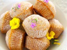 Koristele munkit sokerilla ja kauniilla syötävillä kukilla.