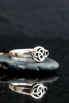 Celtic ring celtic trinity ring trinity knot ring by Elfscraft Celtic Infinity Knot, Infinity Knot Ring, Celtic Knot Ring, Celtic Rings, Trinity Ring, Trinity Knot, Trinity Symbol, Golden Jewelry, Triquetra