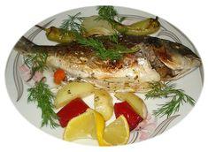 (Tengeri és édesvízi halakból egyaránt elkészíthető.)  HOZZÁVALÓK 1 db kb. 1 kg-os hal 2 érett paradicsom 2 fej vöröshagyma 4 gerezd fokhagyma 1 közepes nagyságú burgonya 1 zellerdarab 1 szál sárgarépa 1 uborka 1 dl olívaolaj 1 evőkanál (halételekhez javallott) fűszerkeverék 1 csipetnyi erős paprika vagy chili só, bors Turkish Recipes, Ethnic Recipes, Fish Dishes, Mediterranean Recipes, Fish Recipes, Camembert Cheese, Potato Salad, Favorite Recipes, Chicken