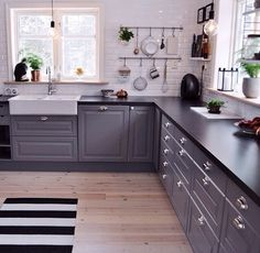 So beautiful grey kitchen Kitchen Black Counter, Black Kitchen Countertops, Dark Kitchen Cabinets, Kitchen Cabinet Colors, Painting Kitchen Cabinets, Rustic Kitchen, Kitchen Decor, Kitchen Colour Schemes, Grey Kitchens