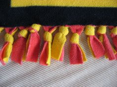 No sew blanket with a different way to tie the fringe. - No sew blanket with a different way to tie the fringe. Fleece Blanket Edging, Knot Blanket, Fleece Tie Blankets, No Sew Blankets, Fabric Yarn, Fabric Crafts, Crochet Projects, Sewing Projects, Diy Projects