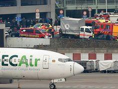 Veículos de serviços de emergência no aeroporto de Zaventem (Foto: Francois Lenoir / Reuters)