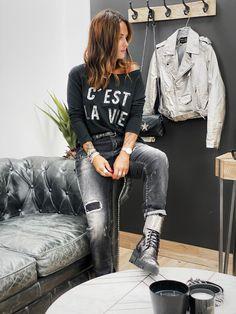 Le jean CLARK anthracite de la marque Banditas est un jean stretch coupe loose taille mi-haute resserré à la cheville. effet usé et délavé sur l'ensemble du jean. empiècements sur la cuisse et le genou. Se ferme avec 3 boutons. Jeans, Boho Fashion, Bomber Jacket, Urban, Boutique, Girls, Jackets, Ankle, Buttons