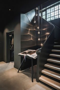 A dark hall with a lot of atmosphere, design and realization by the architects and stylists of Kabaz. #kabaz #homeinspiration #architecture #interior #designwoning #interiordesigner #bertrambeerbaum #hall #hallinspiration #stairs #hallway #hallways