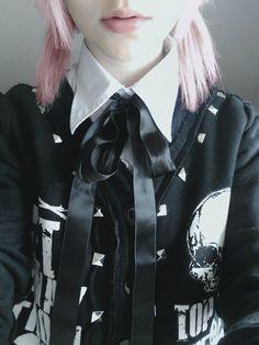 Proper collar and necktie juxtaposed to punk studs and prints Pastel Punk, Pastel Goth Fashion, Dark Fashion, Kawaii Fashion, Cute Fashion, Gothic Fashion, Soft Grunge, Pastel Grunge, Harajuku