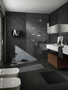 #reforma #baño con lavabo integrado en encimera blanca, mueble de madera, mosaico color pizarra en paredes y suelo de la zona de ducha.