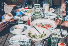Vakiosuosikki pitää pintansa juhannuspöydässä, mutta myös uudet herkut nostavat suosiotaan. Juhannuksena herkutellaan hyvän ruoan parissa ja usein myös grillikausi avataan viimeistään juhannusviikonloppuna. Juhannuspöydässä on kuitenkin yksi ykkösherkku: suomalainen varhaisperuna. K-ryhmän mukaan peruna ei muuna vuodenaikana yllä myydyimpien Mozzarella, Feta, Vegetarian