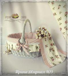 Плетение из газет Wicker Picnic Basket, Basket Tray, Paper Basket, Wicker Baskets, Cane Baskets, Baskets On Wall, Easter Baskets, Baby Shower Giveaways, Wedding Gift Baskets