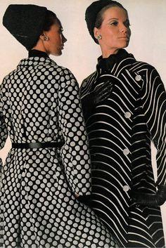Originala A/H Photo Irving Penn. Mannequins Marisa Berenson et Veruschka. Image Fashion, Foto Fashion, Fashion History, Fashion Art, Fashion Design, Fashion News, Richard Avedon, Vogue Vintage, Vintage Dresses