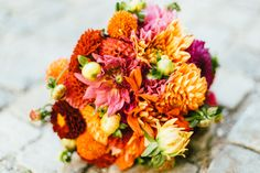 #brautstrauß #bouquet Bunte Vintage Hochzeit im Schloss in rot orange pink | Hochzeitsblog - The Little Wedding Corner