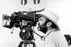 Terrence Malick (30 de novembro de 1943) diretor, roteirista e produtor de cinema norte-americano. Com uma carreira de mais de quarenta anos, Dirigiu apenas seis filmes. Muitos críticos consideram seus filmes obras-primas.Malick já foi indicado ao Oscar nas categorias de Melhor Diretor e Melhor Roteiro Adaptado, e venceu um Urso de Ouro em Berlim por The Thin Red Line. Em 2011,The Tree of Life venceu a Palma de Ouro no Festival de Cannes.