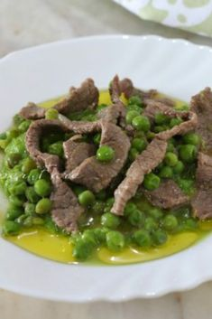 The veal strips with peas are a second course of meat complete and rich in taste. A clever recipe, e Side Recipes, Raw Food Recipes, Lunch Recipes, Meat Recipes, Food Network Recipes, Cheap Meat, Eating At Night, Best Italian Recipes, Salad Ingredients