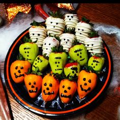Halloween chocolate covered strawberries! farrisandfosters.com