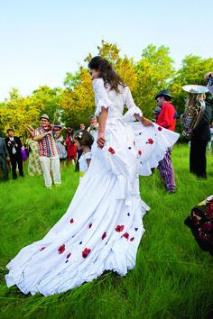 The bride in floral Oscar de la Renta dancing the Flamenco