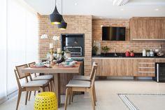 A sala de jantar e varanda são delimitadas por uma porta de correr e podem ser integradas para reuniões de amigos e família. Idéia ótima para apartamentos!