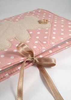 Sewing For Kids, Baby Sewing, Scrapbook Bebe, Fabric Book Covers, Patchwork Baby, Baby Kit, Sewing Stitches, Handmade Felt, Bookbinding