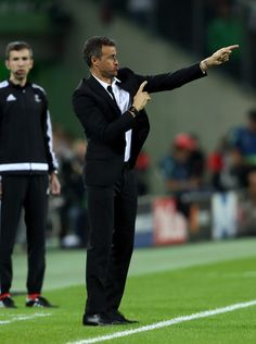 Luis Enrique, Manager of Barcelona issues instructions to his players before the UEFA Champions League group C match between VfL Borussia Moenchengladbach and FC Barcelona at Borussia-Park on September 28, 2016 in Moenchengladbach, North Rhine-Westphalia.