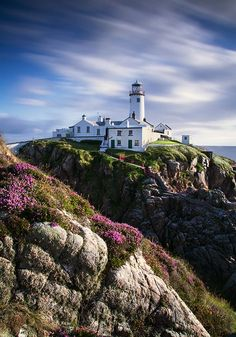 Fanad Head Lighthouse in Donegal, Irland. The Places Youll Go, Places To See, Lighthouse Pictures, Donegal, Ireland Travel, Cork Ireland, Galway Ireland, Ireland Vacation, Belle Photo
