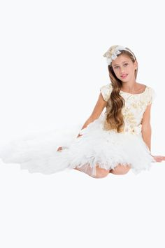 Beautiful Luxury dress with short sleeves bodyin preciousgold and ivorysilkjacquard. Thevoluminous asymmetric skirt is made upby a lot oflayers of softivory crimped tulle. The dress isembellished by a precious belt of hydrangeas,velvet ribbon bows and hand-sewn crystals.