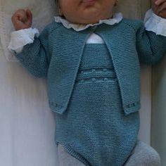 Y así queda el conjunto de pelele y chaqueta verde mint, tejido a 🖐 con lana y patrón de pompom. Encargos por privado y en el 📞 609736385. 📦 Enviamos ✈️ a todo el 🌏 mundo Diy Crafts Knitting, Knitting For Kids, Baby Knitting Patterns, Baby Patterns, Girl Doll Clothes, Diy Clothes, Baby Girl Cardigans, Baby Coat, Baby Pants