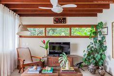 As delícias de uma casa de praia em Ilhabela com arquitetura contemporânea e decoração rústica, com direito a muitas peças de artesanato popular.