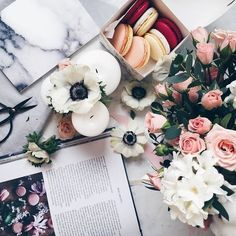 Flat lay | Styling flatlays | Flowers and macaroons