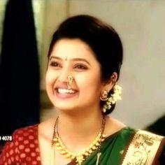 Prajakta Mali Marathi Bride, Beautiful Bollywood Actress, Bride Look, Diamond Earrings, Actresses, Celebrities, Sarees, Womens Fashion, How To Wear
