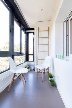 R DISEÑO INTERIORISMO MADRID. Proyecto de reforma para una vivienda al sur de Madrid. Terraza acristalada con sillas Eames blancas y escalera de bambú de House Doctor.