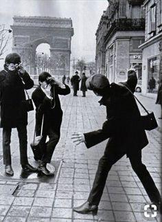 George Harrison and Paul McCartney are taking pictures of John Lennon at Avenue Champs-Elysées, Paris, France Foto Beatles, Beatles Love, Les Beatles, Beatles Photos, Beatles Band, Beatles Funny, Ringo Starr, George Harrison, Paul Mccartney