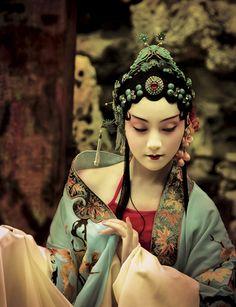 Chinese opera headdress and costume Folklore Mode, Asian Fashion, Look Fashion, Chinese Fashion, Japanese Fashion, Fashion Design, Chinese Opera, Ethno Style, Fu Dog