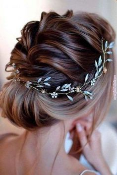 30 Stunning Wedding Hairstyles Ideas in Just like treding wedding decor, wedding hairstyles also change with each passing year. (Need proof? Just take a look at your mom's wedding photos, fe. Summer Wedding Hairstyles, Braided Hairstyles For Wedding, Short Wedding Hair, Loose Hairstyles, Bride Hairstyles, Hairstyles Haircuts, Woman Hairstyles, Bridesmaid Hairstyles, Curly Haircuts