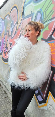 Faux fur coat White! How to style it. Find out on my blog how to style a faux fur coat. Click through to read the post!