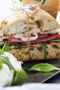 Pastrami Sandwich mit süß-saurem Kraut und Thunfischmayonnaise // pastrami sandwich with sweet sour cabbage and tuna mayonnaise