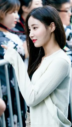 #yeonwoo Diana, Sketch Poses, Pretty And Cute, Pretty Woman, Korean Girl, Cute Girls, Rapper, Idol, Pearl Earrings
