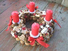 Advent s perníčky Adventní svícens domácími perníčky, ořechy, šiškami, kaštany...,červenou stuhoua červenými svíčkami. Průměr věnečkupřibližně30 cm. Perníčky slouží pouze k dekoraci.