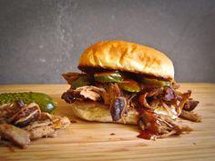 pulled pork op de barbecue - BBQ-helden Weber Barbecue, Barbecue Pulled Pork, Bbq Grill, Cobb Bbq, Grilled Pork, Green Eggs, Beef, Snacks, Cooking