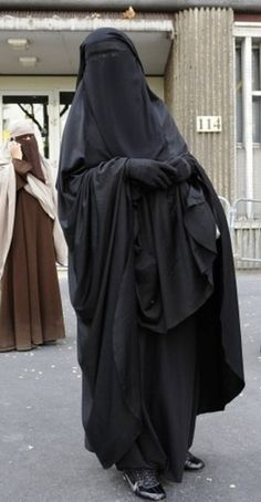 Beautifully Veiled Muslimah Wears her Niqab in Front of the French Police Station Despite the Ban