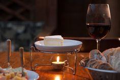 Quem adora queijo sabe que o brie fica perfeito no rechaud. E esta é mais uma dica para esquentar.