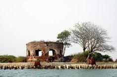 Menjelajah ke Masa Silam Pulau Onrust. Karena memiliki peranan yang sangat penting, kemudian Belanda membangun benteng di Pulau Onrust sebagai markas utama untuk menguasai nusantara serta untuk mempertahankan tanah jajahannya dari bangsa lain.