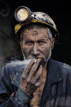 Mineiro de carvão fumando no Afeganistão - Steve McCurry