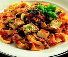 Pasta med sej, tomat och basilika