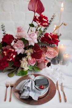 Wunderschöne Hochzeitsinspirationen in der Farbe der Liebe findet ihr im Hochzeitskiste Blog. #hochzeitsideen #hochzeitstipps #hochzeitskiste #hochzeitsinspo #hochzeitsinspiration #hochzeitsinspirationen #hochzeitsidee #hochzeitsideen2021 #hochzeitsmagazin #hochzeitsblog #weddingblog #hochzeitsfarben #hochzeitinrot #hochzeitsblumen #hochzeitsdeko #hochzeitsdekoration Wedding Decorations, Table Decorations, Gothic Wedding, Floral, Home Decor, Blog, Red Wedding, Crate, Nice Asses