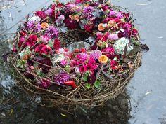 Kranz im Freien, Design: Daniela Renner - Blumen Renner - Deco Floral, Arte Floral, Love Flowers, Beautiful Flowers, Wreaths And Garlands, Funeral Flowers, Diy Wreath, Artificial Flowers, Flower Designs