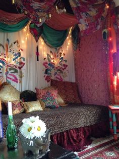 Gypsy Chic Style Gypsy decor with great bohemian vibe. This is the kind of look I'd love to have in my house.♣Gypsy decor with great bohemian vibe. This is the kind of look I'd love to have in my house. Bohemian Bedrooms, Bohemian Living, Bohemian Interior, Gypsy Living, Gypsy Room, Boho Room, Gypsy Bed, Interior Bohemio, Home Design