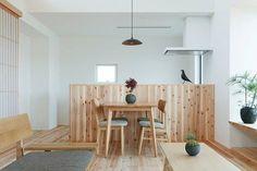 清美學。清日式,把原本繁複抑或是沈重的色澤調性透過顏色及素材的淡化,把空間的美感變得輕盈清透。這間位在京都鄉間的小屋,建築師便是採取這樣的手法,整屋的木材鋪散發著淡麗,延廊意境的開窗以及隱晦的天窗給予屋子最大的溫暖,在格局與和室上維持了傳統日式的簡樸,亦做到現代簡約的乾淨素雅。 via ALTS Design Office