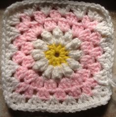 Crochet daisy Tutorial on http://tillietulip.blogspot.com/2012/06/daisies-in-pink.html