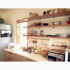 女性で、3LDK、家族住まいのブラックボード/ニトリ/冷蔵庫周り/キッチン背面/キッチンについてのインテリア実例を紹介。「冷蔵庫の側面に引っ掛けてあるニトリ製のブラックボード。レシピを貼ったり在庫切れの食材を書き込んだりして使ってます。チョークじゃなくてマーカーなのがお気に入りです。」(この写真は 2015-09-25 18:32:41 に共有されました)