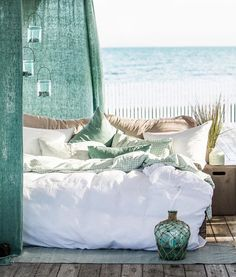 Turquesas y blancos arman la terraza de esta casa a la orilla de la playa