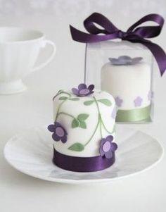 Cupcakes with purple flowers Gorgeous Cakes, Pretty Cakes, Cute Cakes, Amazing Cakes, Mini Wedding Cakes, Mini Cakes, Fondant Cakes, Cupcake Cakes, Petit Cake